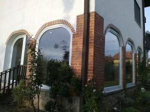 Ívbe nyíló műanyag ablak